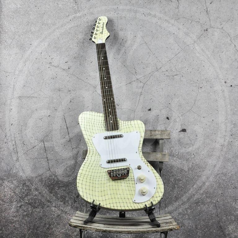 Danelectro 67 gitaar - Alligator Creme